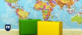два чемодана зеленый и желтый на фоне карты мира гл