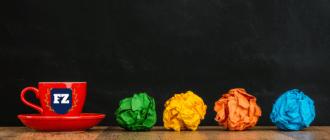 зеленая желтая оранжевая и синяя бумаги смяты гл