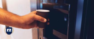 рука с кофе стаканчиком гл